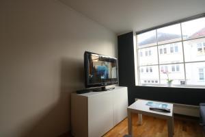 Una televisión o centro de entretenimiento en Apart Stavanger Signature Apartment Hotel