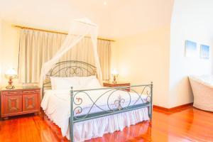 เตียงในห้องที่ Prompimarn Villa