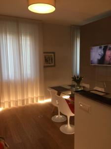 A television and/or entertainment center at Milano Repubblica Suite Centro