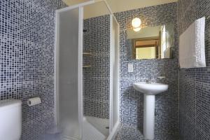 Vannas istaba naktsmītnē The Blue Water Bay Villas