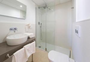 Een badkamer bij Playa Bella Apartments