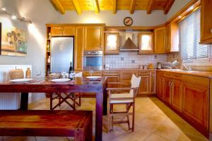 A kitchen or kitchenette at Villa Caramel