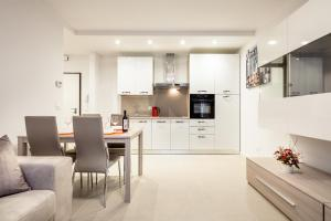 A kitchen or kitchenette at Fior Apartments