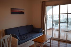 Ein Sitzbereich in der Unterkunft Apartamentos Castell Sol