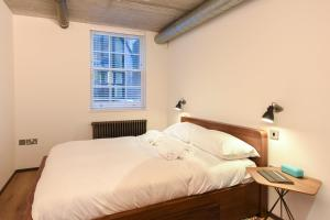 A bed or beds in a room at Loft Style 2 Bed Flat