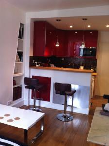 A kitchen or kitchenette at Paris 5 des murs chargés d'histoire