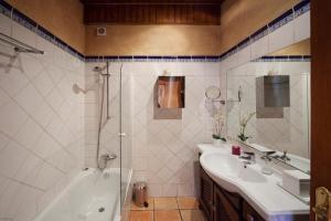 A bathroom at Villa Magdalena Calvia