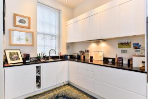A kitchen or kitchenette at Moreton Street Penthouse