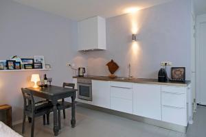 A kitchen or kitchenette at Zandstudio