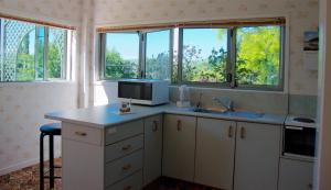 Llanerchymeddにあるキッチンまたは簡易キッチン