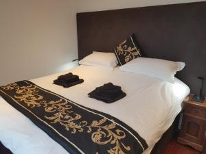 A bed or beds in a room at Excelsior Apartment