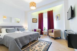 A bed or beds in a room at Polai Center Apartments