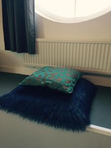 A bed or beds in a room at Independent Apartment Spaarne