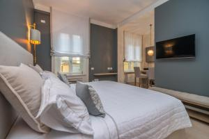 A bed or beds in a room at Brera Luxury Suite