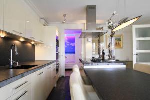 A kitchen or kitchenette at Appartement Volendam