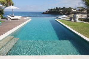 The swimming pool at or near Villa Driftwood