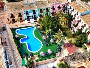 Vaizdas į baseiną apgyvendinimo įstaigoje Apartamentos Pueblo Acantilado Suites arba netoliese