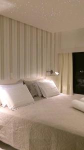 A bed or beds in a room at Lindo Apto em Ondina com Vista