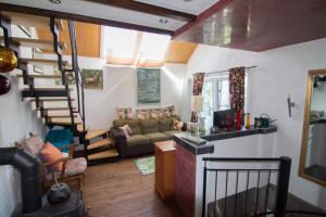 Ein Sitzbereich in der Unterkunft Ferienhaus Wildblick