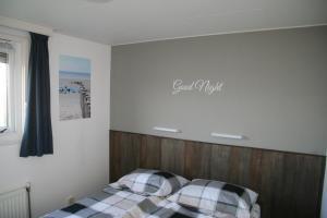 Ein Bett oder Betten in einem Zimmer der Unterkunft Chalet Duinzicht G68 Ameland