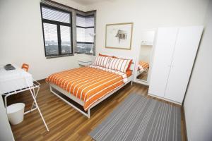 Katil atau katil-katil dalam bilik di Tamara Putrajaya (Promenade Suite, 3 AC Bedrooms, 2 Baths, WiFi, Lake & City View) by MRK