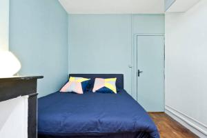 A bed or beds in a room at Appartement Canal Saint-Martin