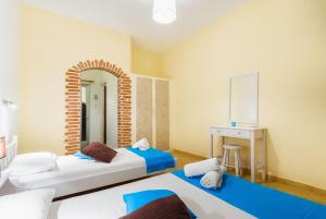 En eller flere senger på et rom på Stefanos Studios