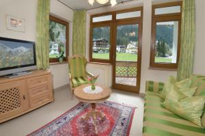 Ein Sitzbereich in der Unterkunft Apparthotel Thalerhof
