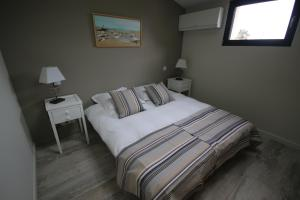 A bed or beds in a room at La Villa Verte