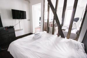 A bed or beds in a room at Luckey Homes Apartments - Rue de Mazagran