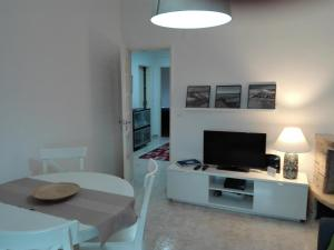 A television and/or entertainment center at Charneca de Caparica Apartment