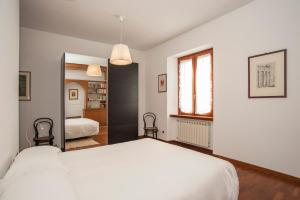 A bed or beds in a room at Visconti Holiday House, luxury apartment with Jacuzzi