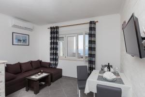 A seating area at Apartments Doris