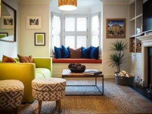 A seating area at Luxe Modern Townhouse