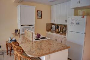 A kitchen or kitchenette at Maui Vista 2422