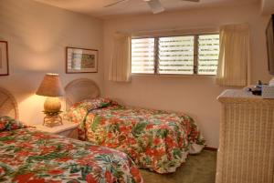 A bed or beds in a room at Royal Mauian 216