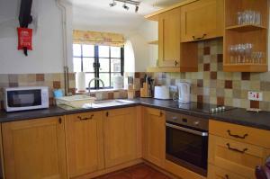 A kitchen or kitchenette at Windbury Cottage