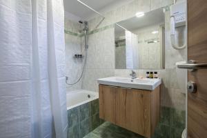 A bathroom at Marianthi Apartments