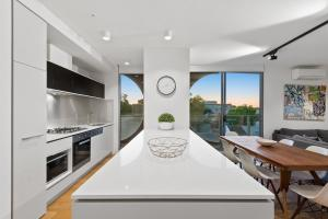 A kitchen or kitchenette at District Apartments Fitzroy