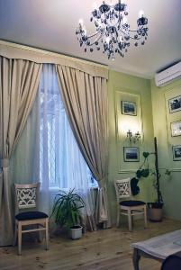 A seating area at Classic Apartment on Zhukovskoho