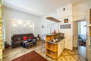 Virtuvė arba virtuvėlė apgyvendinimo įstaigoje Old Town Peldu Apartment