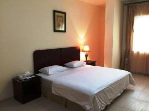 A bed or beds in a room at Al Massa Hotel Apartments 1