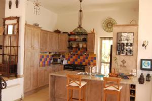 Een keuken of kitchenette bij Villa Kitrini