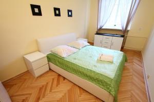Łóżko lub łóżka w pokoju w obiekcie Capital Apartments - Old Town