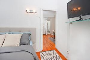 A television and/or entertainment center at Central Two Bedroom Apartment In Times Square