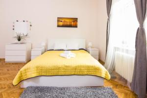 Łóżko lub łóżka w pokoju w obiekcie Kazimierz Jewish District Apartament