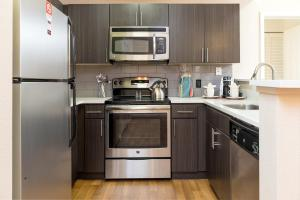 A kitchen or kitchenette at Bluebird Suites in Downtown San Jose