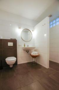 A bathroom at Apartment Havenstraat