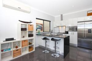 A kitchen or kitchenette at Lakeside Deck House