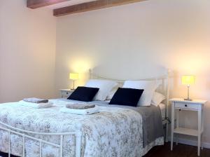A bed or beds in a room at Le Figuier, Manoir de Longeveau